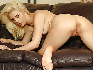 Fantastic blonde hussy uses vibrations to shake her holy temple and get it flooded